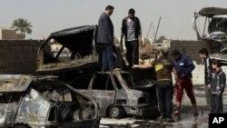 Hiện trường sau một vụ đánh bom xe tại khu vực Ameen ở phía đông thủ đô Baghdad, ngày 17/2/2013.