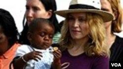 Madonna akiwa na mtoto aliyemchukua kumlea kutoka Malawi (Foto AFP)