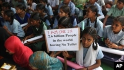 Indian school children participate in a rally to mark World Toilet Day in Hyderabad, India, Nov.19, 2014.