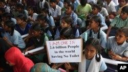 """印度学童在海得拉巴参加""""世界厕所节""""集会。女孩举的标语牌上写道:我也是全世界26亿没有厕所的人之一。(2014年11月19日)"""
