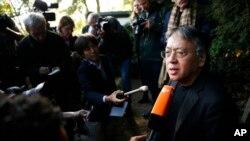 Yapon əsilli Britaniya yazıçısı Kazuo İşiquro Londondakı evinin qarşısında sualları cavablandırır. 5 Oktyabr, 2017