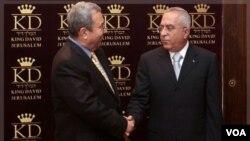 Menteri Pertahanan Israel, Ehud Barak (kiri) berjabat tangan dengan PM Palestina Salam Fayyad sebelum pertemuan di Yerusalem tahun lalu (foto: dok). Keduanya bertemu di New York hari Minggu (18/9).