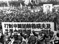 """河北省的军队开大会,横幅标语是""""打倒中国的赫鲁晓夫及反革命两面派陶铸"""""""