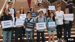 香港七大傳媒團體抗議港大禁制令損害新聞自由。(美國之音海彥攝)