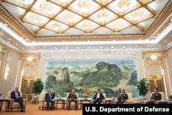 中国主席习近平在北京人民大会堂会见美国参谋长联席会议主席邓福德和美国大使布兰斯塔德(2017年8月17日,美国国防部图片)