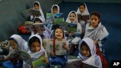 Ecolières pakistanaises, Peshawar, Pakistan, 18 avril 2016.