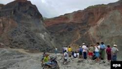 Warga berkumpul di dekat lokasi penambangan batu giok yang longsor di Hpa Kant, negara bagian Kachin, Myamar utara (24/6).