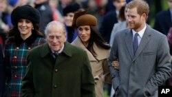 Le Prince Harry et sa future femme Meghan Markle arrivent à l'église de Sandringham, le 25 décembre 2017.