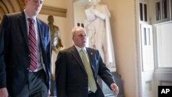 El líder de la mayoría republicana en la Cámara de Representantes, Whip Steve Scalise, centro, abandona el Capitolio luego que se votó a favor de bloquear el financiamiento federal para Planned Parenthood por un año.