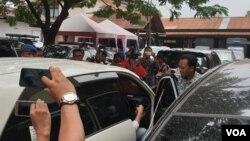 Penyidik KPK nampak masuk ke mobil sambil membawa beberapa tas saat berada di Mapolda Jawa Timur (foto: VOA/Petrus Riski)