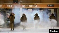 Dezinfekcija železničke stanice u Moskvi, 18. maj 2020.( Foto: Sofya Sandurskaya/Moscow News Agency/Handout via REUTERS)