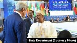 Le président Ikililou Dhoinine des Comores salue le Secrétaire d'Etat John Kerry lors du Sommet Etats-Unis -Afrique, Washington, aout 2014