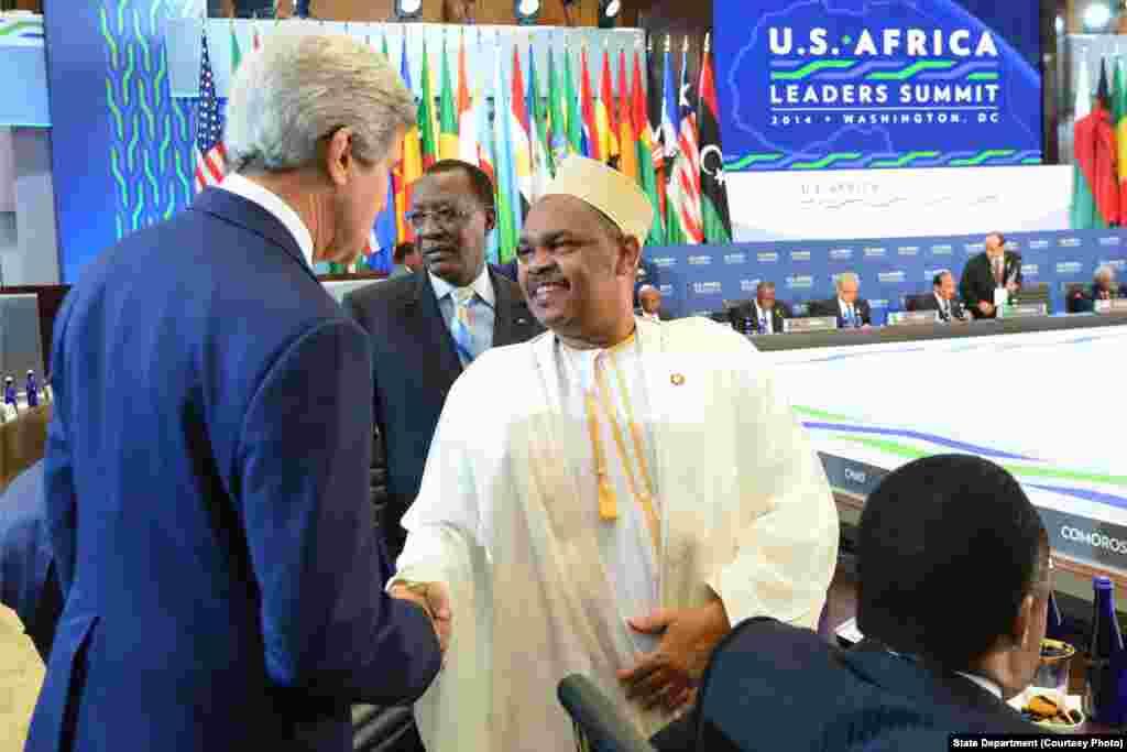 Rais Ikililou Dhoinine, wa Komoro akisalimiana na waziri wa mambo ya nje wa Marekani John Kerry