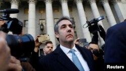 前特朗普私人律师迈克尔·科恩在曼哈顿的联邦法庭承认有罪后离开法庭。(2018年11月29日)