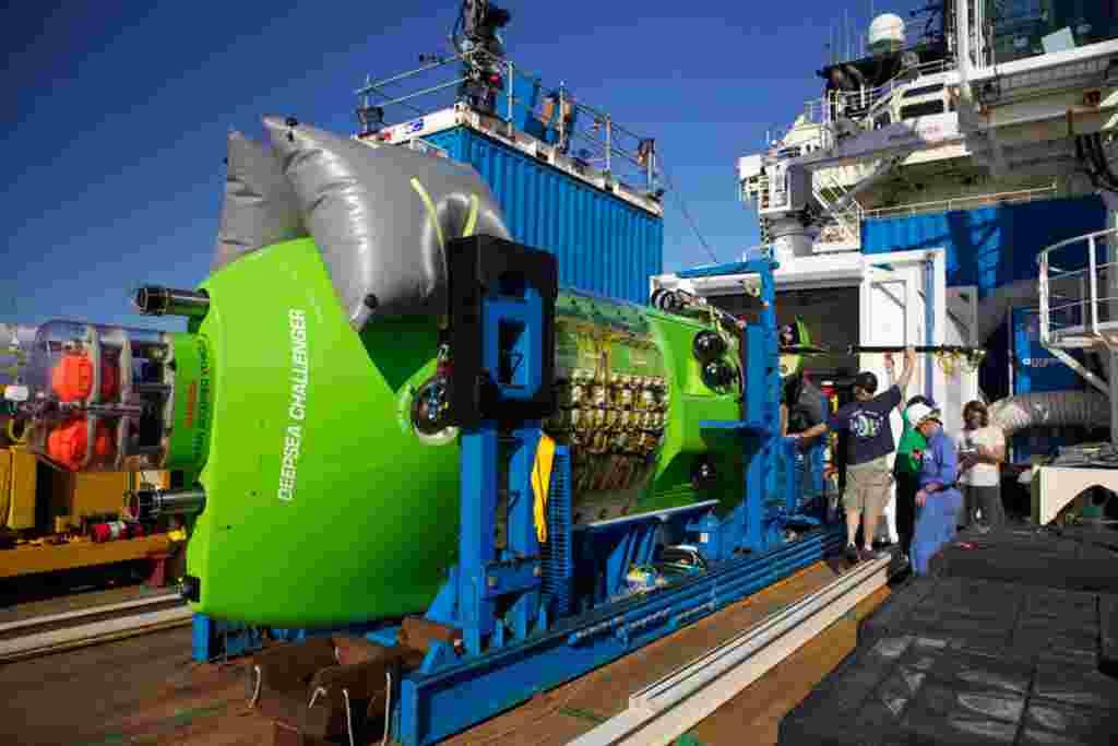 La tripulación del Deepsea Challenger a bordo del barco Mermaid Sapphire en las costas de Australia.