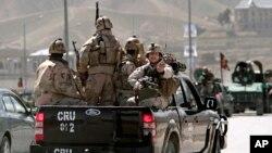 아프가니스탄에서 대통령 선거를 앞두고 25일 한 후보의 자택에 폭탄 공격이 일어났다. 보안군이 공격 현장으로향하고 있다.