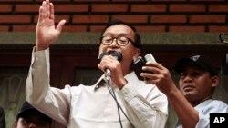 Ông Sam Rainsy, Chủ tịch Ðảng Cứu quốc, phát biểu trong một diễn đàn công cộng về cuộc bầu cử tại văn phòng của đảng ở Phnom Penh, 31 tháng 7, 2013.
