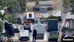 Claude Chirac,con gái út của TT Pháp Jacques Chirac, trước mộ của cha trong lễ gia đình ở nghĩa trang Montparnasse