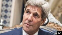 El secretario de Estado de EE.UU., John Kerry, conversa con el corresponsal de la VOA durante su paso por Arabia Saudita.
