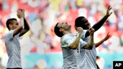 Mathieu Valbuena (milieu) et ses co-équipiers célèbrent leur victoire contre le Nigeria, lors de la coupe du monde au Brésil le 30 juin 2014.