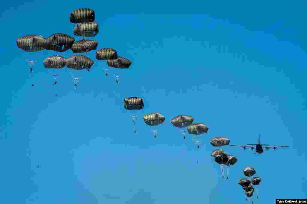 យោធាឆ័ត្រយោងអាមេរិកពីកងអាកាស 82 Airborne Division និងយន្តហោះ Lockheed C-130 Hercules ត្រូវថតបាននៅអំឡុងពេលលំហាត់សមប្រតិកម្មរហ័ស Swift Response-16 ជាផ្នែកមួយនៃការហ្វឹកហ្វឺន Anaconda-16 រៀបចំឡើងដោយអង្គការណាតូ (Nato) ជិតក្រុង Torun ប្រទេសប៉ូឡូញ។