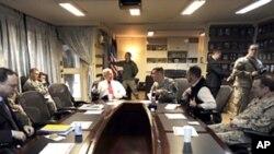 国防部长盖茨会晤驻阿指挥官