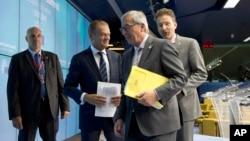 从左二: 欧洲理事会主席图斯克、欧盟委员会主席让 - 克洛德·容克和荷兰财政部长戴松布伦欧盟会议结束后新闻发布会上