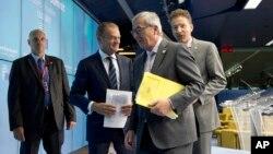 Dari kedua dari kiri: Presiden Dewan Eropa Donald Tusk, Presiden Komisi Eropa Jean-Claude Juncker dan Menteri Keuangan Belanda Jeroen Dijsselbloem dalam konferensi pers di Brussels, Belgia, Senin (13/7). (AP/Virginia Mayo)