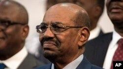 ប្រធានាធិបតីស៊ូដង់ Omar al-Bashir នៅក្នុងការបើកកិច្ចប្រជុំកំពូលសហភាពអាហ្វ្រិកក្នុងទីក្រុងJohannesburg កាលពីថ្ងៃទី១៤ ខែមិថុនា ឆ្នាំ២០១៥។ ចៅក្រមអាហ្វ្រិកខាងត្បូងបានចេញបញ្ជាដល់អាជ្ញាធរមិនឲ្យលោកចាកចេញពីប្រទេសអាហ្វ្រិកខាងត្បូងទេ ពីព្រោះតុលាការអន្តរជាតិបានចេញបញ្ជាចាប់ខ្លួនលោក។