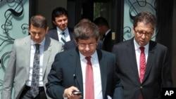 Menteri Luar Negeri Turki, Ahmet Davutoglu, saat akan memberi keterangan mengenai pesawat Turki yang ditembak jatuh. (foto: AP)
