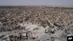 На фото с высоты птичьего полета показана разрушенная территория мечети Гранд аль-Нури в Старом городе Мосула. Ирак. 28 июня 2017 г.