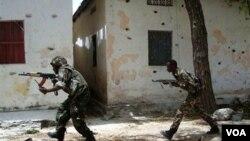 Fuerzas del gobierno somalí en persecución a grupos terroristas de al-Shabab en Mogadiscio, la capital.