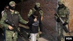 """Soldados mexicanos apresaron a """"El Ponchis"""" en Cuernavaca el 3 de diciembre de 2010."""