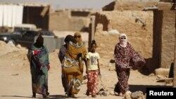 Femmes sahraouies dans le camp de réfugiés du désert d'Al Smara, à Tindouf, dans le sud de l'Algérie, le 4 mars 2016.