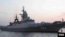 """隶属于波罗的海舰队的""""敏捷""""号护卫舰2016年俄罗斯海军节时停靠在圣彼得堡。这艘军舰参加了去年与中国海军在波罗的海的联合军演,同时也曾前往地中海参加俄罗斯在叙利亚的军事行动。"""