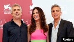Reditelj Alfonso Kuaron sa glumcima Sandrom Bulok i Džordžom Klunijem
