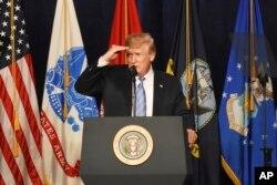 """El presidente Donald Trump habla durante una cena benéfica denominada """"Salute to Service"""" en conjunto con el Greenbrier Classic del PGA Tour en The Greenbrier en White Sulphur Springs, West Virginia."""