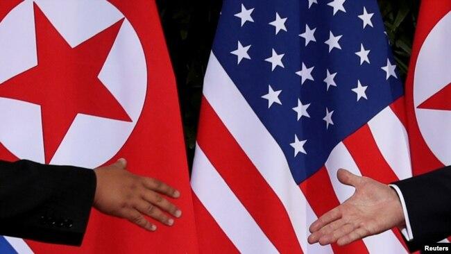 Lãnh tụ Triều Tiên Kim Jong Un và Tổng thống Hoa Kỳ Donald Trump bắt tay khi gặp nhau tại Singapore, ngày 12/6/2018.