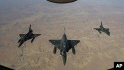 지난 11일 프랑스 낭시 공군기지에서 이륙해 말리로 향하는 프랑스 공군 소속 미라지2000D 전투기 편대. 프랑스군은 말리 정부군을 지원해 이슬람 반군 장악 지역에 폭격을 가했다.