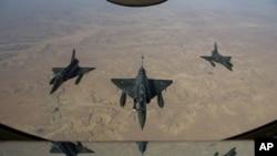Cette photo des services de communication de l'armée française montre des bombardiers français au-dessus de N'Djamena, Tchad, le 11 et 12 janvier, après avoir décollé de Nancy.