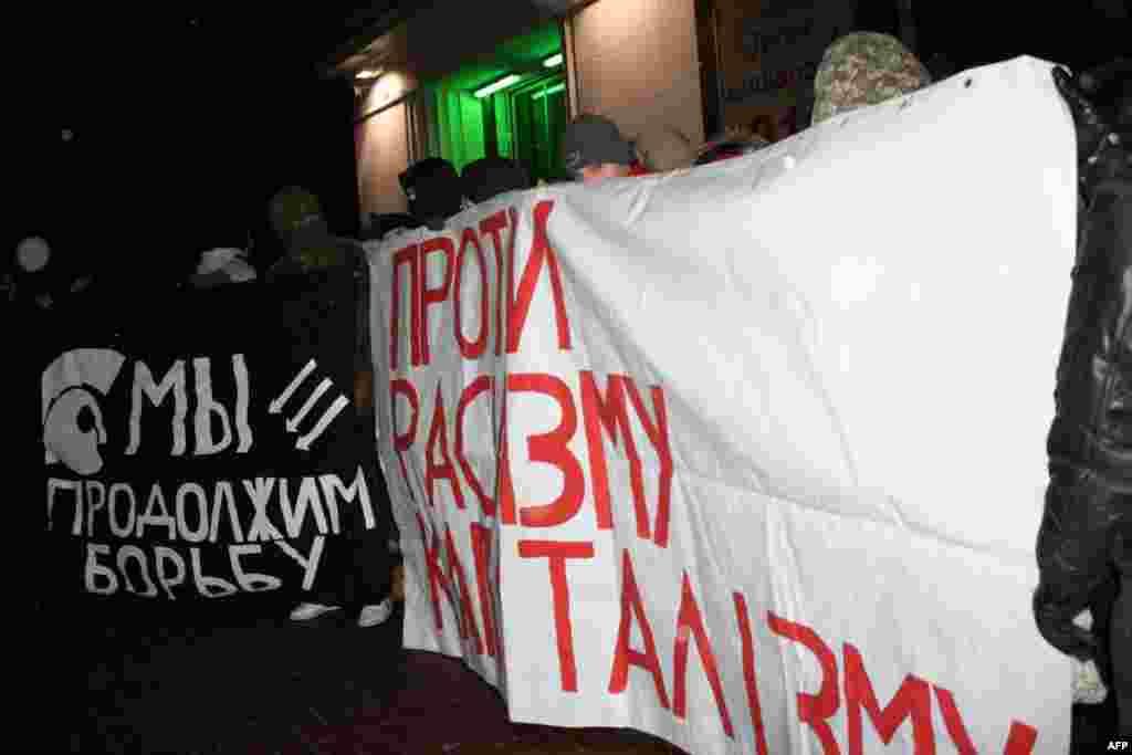 Марш антифашистов начался возле здания киевского завода «Арсенал», на котором в январе 1918 года произошло восстание рабочих и солдат против действий Центральной рады