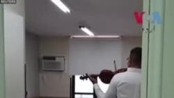 برازیل: موسیقی سے طبی عملے کا دل بہلانے والا نوجوان