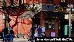 10일 미국 뉴욕의 바(Bar) 앞에 마스크를 착용한 시민들이 모여있다. 사진 출처: John Nacion/STAR MAX/IPx