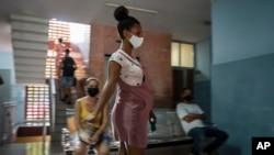Một phụ nữ chuẩn bị được tiêm vaccine COVID-19 Abdala của Cuba tại Havana, Cuba.