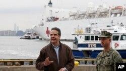 Thống đốc New York Andrew Cuomo họp báo sau khi tàu bệnh viện USNS Comfort cập cảng New York ngày 30/3/2020…