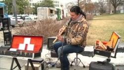 Músico boliviano deleita con su música