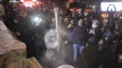 烏克蘭反政府抗議者在市中心推倒列寧雕像