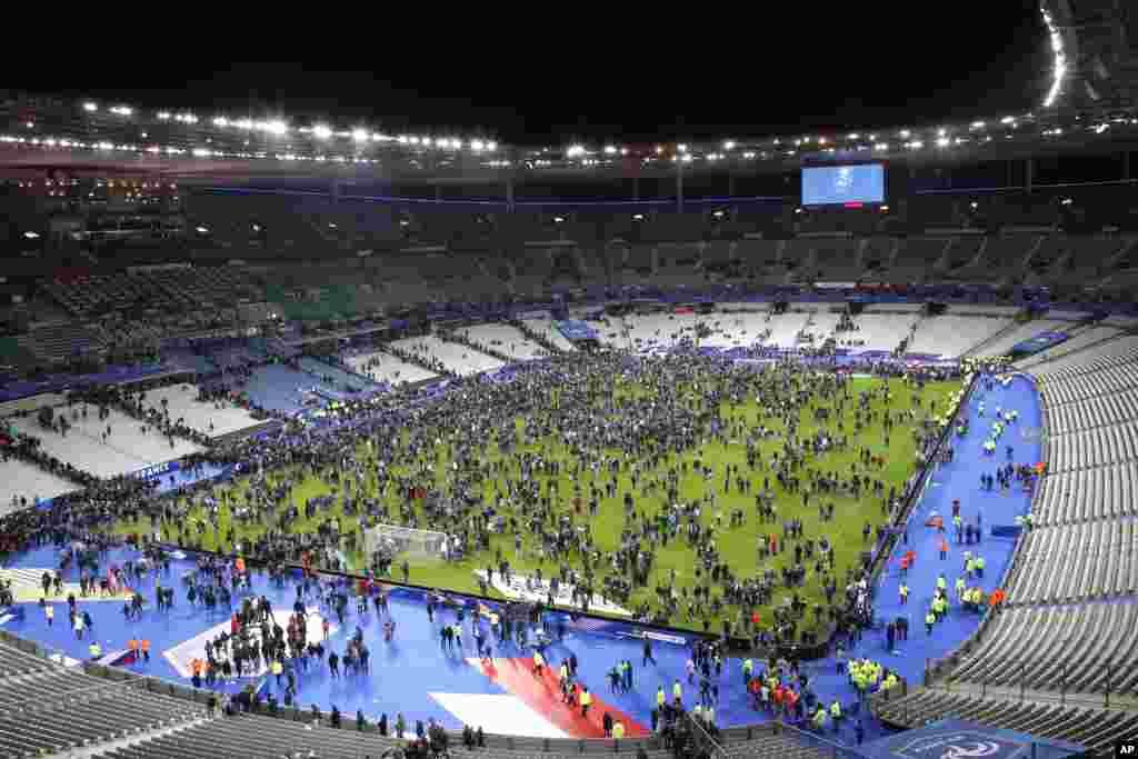 Болельщики выбежали на поле стадиона после того, как услышали взрывы. Стадион Франции. Париж. 13 ноября 2015г.