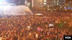 Masyarakat Jakarta memadati sepanjang Jalan Sudirman dan Jalan Thamrin dalam merayakan malam Tahun Baru (31/12).