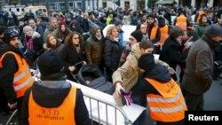 کنترل های امنیتی پلیس آلمان پیش از آغاز مراسم سال نو میلادی در شهر برلین - ۳۱ دسامبر ۲۰۱۵